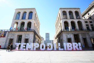 1 Installazione Tempo di Libri_piazza duomo Crediti Monti Arianna Carotta