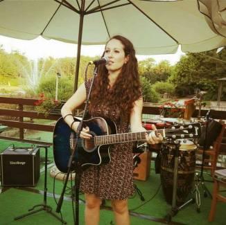 Angela iris, cantautrice milanese di 24 anni.
