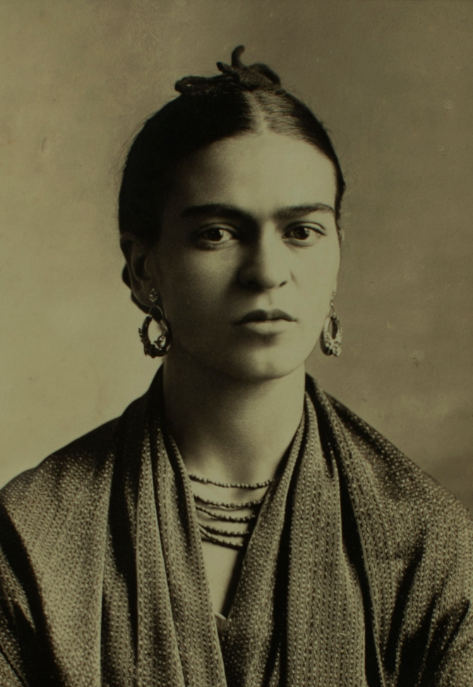 Frida Kahlo, 1932, fotografia di Guillermo Kahlo (Alamy Archives).jpeg